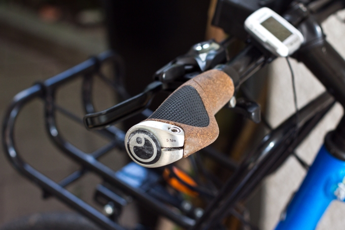 Jasmin chooses a simpler setup to mine. The Ergon GP1 grips are ergonomically shaped to prevent finger numbness. The organic cork is very comfortable to grip.